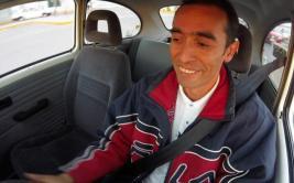 El mexicano que transforma a mano autos viejos en ecológicos