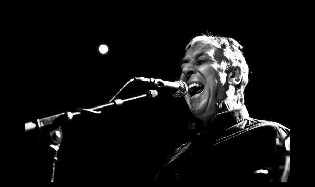 John Cale, integrante de The Velvet Underground en un concierto en Francia, 2011. (Simon Bonaventure / Wikimedia Commons)