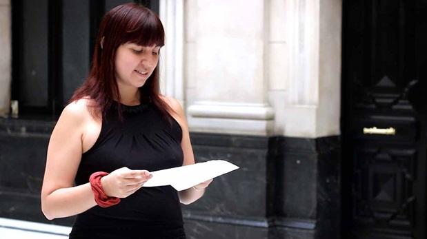 Becky Urbina recita el poema
