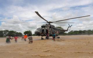 Valientes soldados rescatan a niños aislados tras inundaciones