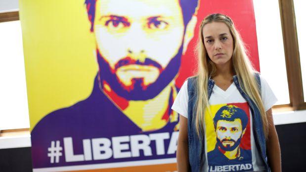 Lilian Tintori, esposa de Leopoldo López, con una foto del opositor encarcelado. (Reuters).