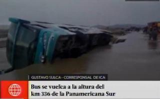 Ica: bus de la empresa Civa se volcó por caída de huaico