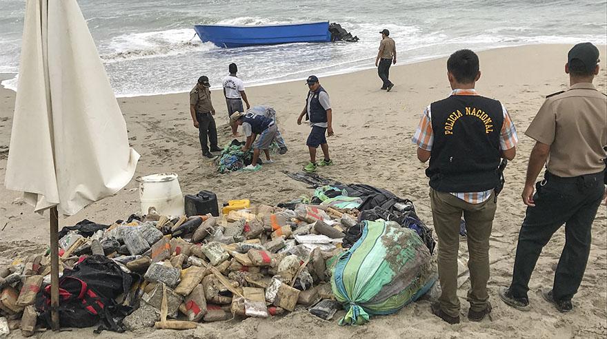 Marea voltea bote y descubren cargamento de droga — Punta Hermosa