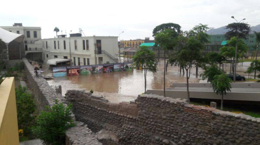 SJL: nuevo desborde de río Huaycoloro inunda viviendas y avenidas