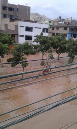 [Foto] Desborde de Río Huaycoloro afecta Malecón Checa y Ramiro Prialé