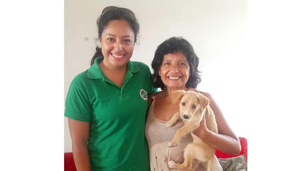 Carmen Acuña junto a Brisa y una representante de ASPPA.