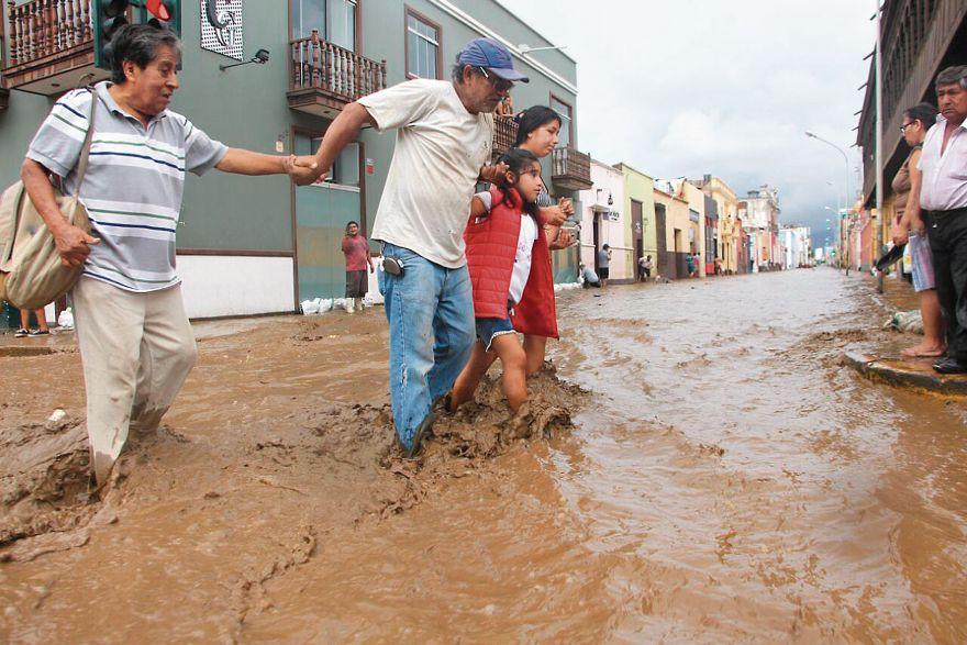 El agua inundó el Centro Histórico de Trujillo luego de que la quebrada San Ildefonso, en el distrito de El Porvenir, se desbordara. (Foto: Johnny Aurazo)