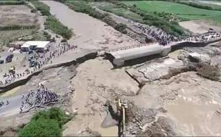 Áncash: puente colapsó por lluvias y vehículos quedaron varados