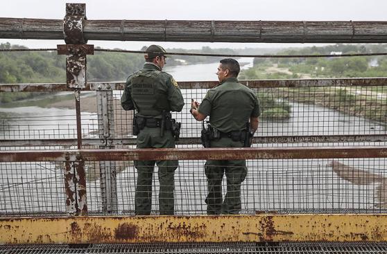 EE.UU.: El ingreso de indocumentados por México se redujo 40%
