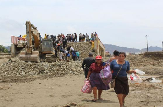 Áncash: afectados atraviesan río a pie tras colapso de puente