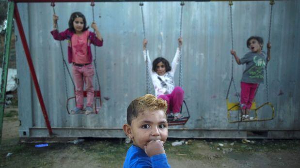 Hijos de refugiados sirios jugando en el campo de Quíos (Foto: AP)