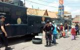 Arequipa: policía reparte agua en vehículos antimotines