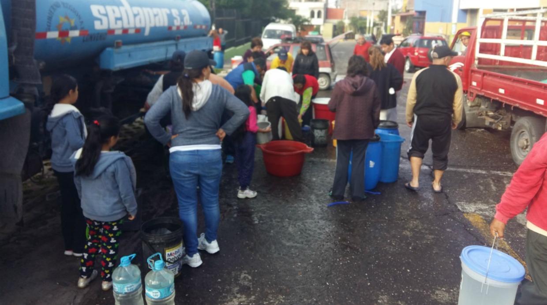 La ciudad de Arequipa es abastecida desde el miércoles por camiones cisterna que se abastecen del manantial de La Bedoya en la zona sur oriental de la ciudad. (Foto: Carlos Zanabria)