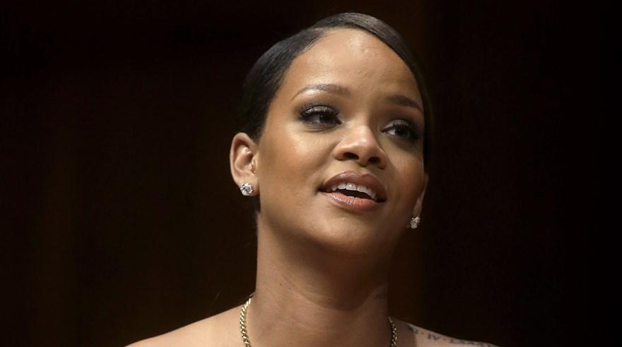 Rihanna sufre viendo sus escenas de cama en la TV