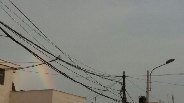 El arcoiris visto desde el Cercado de Lima. (Foto: WhatsApp El Comercio)