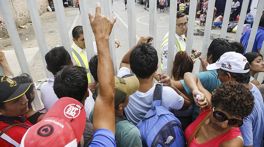 Cientos de personas hacen colas para viajar en vuelos de apoyo