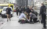 Un hombre atropelló a un grupo de gente en el Puente de Westminster antes de estrellar su coche contra las verjas del Parlamento. (Foto: Reuters)