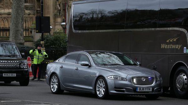 El Jaguar de la Primer Ministra Theresa May abandona a toda prisa el edificio del Parlamento (AFP)