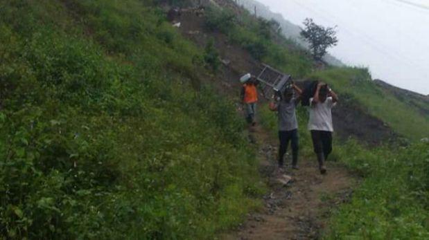 Vecinos de Callahuanca saliendo del distrito. (Foto: WhatsApp El Comercio)