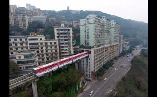 China: Metro pasa por en medio de un edificio