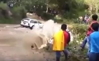 Auto con 5 pasajeros a bordo es arrastrado por río [VIDEO]