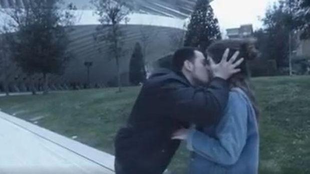 Imputaron a un reconocido youtuber que besaba mujeres sin permiso