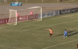Delantero aprovecha descuido de arquero para anotar gol [VIDEO]