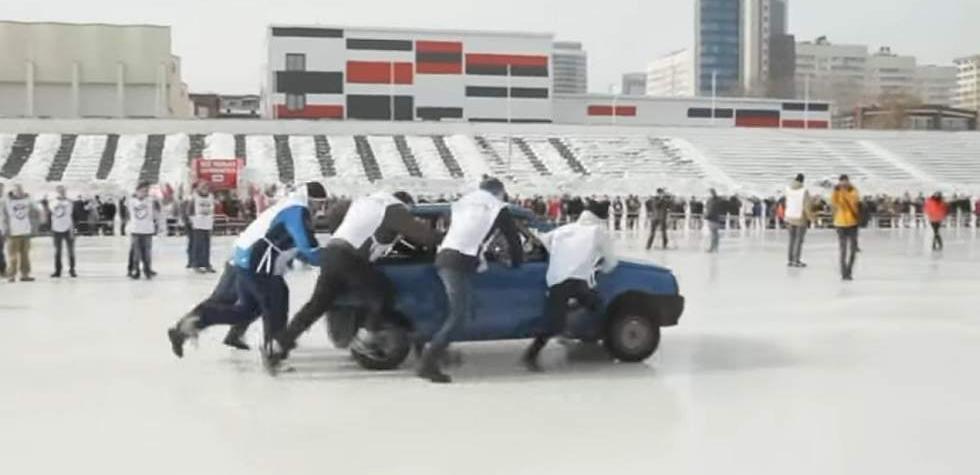 Los rusos lo hicieron de nuevo: juegan con autos en el hielo