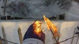Alexander Chernikov prendió sus pantalones en llamas antes de saltar e un banco de nieve. El video se hizo viral en internet. (Foto: Alexander Chernikov)