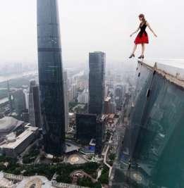Angela Nikolau hace proezas visuales sobre lo alto de edificios de todo el mundo. (Foto: Angela Nikolau)
