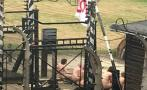 Once personas se desnudan y se encadenan frente a Auschwitz