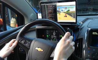 Adaptó su auto para que sea una consola para jugar Mario Kart