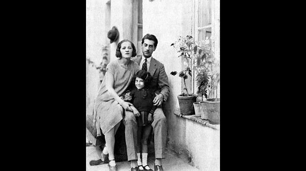 Magda Portal, Serafín Delmar y la pequeña Gloria Bolaños, en Chile, 1930. (Archivo digital Ivonne Wallace)