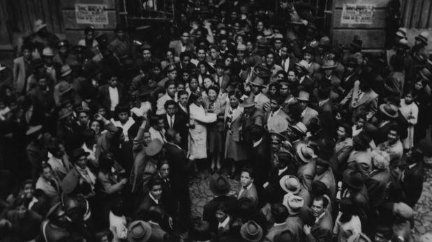 Magda Portal con trabajadores en el mercado de Cuzco, 1945. Cortesía de la Biblioteca de la Universidad de Texas en Austin, Colección Latinoamericana Nettie Lee Benson.  (Trazos cortados. Poesía y rebeldía de Magda Portal)