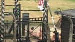 Once personas se desnudan y se encadenan frente a Auschwitz - Noticias de bartosz bartyzel