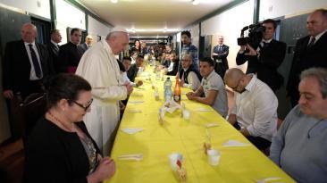 El papa Francisco almorzó con reclusos en una cárcel de Milán