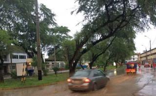 Las precipitaciones empezaron desde las 5:30 de la tarde en la ciudad. Las calles lucen inundadas y el sistema de desague ha colapsado (Ralph Zapata)