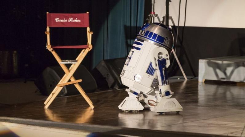 R2-D2 se emociona al ver la silla de Carrie Fisher vacía. (Foto: Agencias)