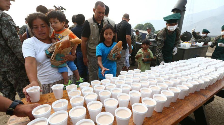 Premier y ministro de Defensa repartieron desayunos a damnificados — Carapongo