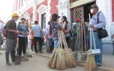 La comuna provincial de Trujillo repartió unas 500 escobas y recogedores a los vecinos que participaron en la campaña de limpieza ciudadana, la cual fue convocada por Facebook. (Foto: Johnny Aurazo)