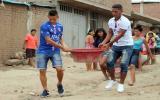 Alonso Acosta y Rely Fernández, jugador del Carlos A. Mannucci, ayudaron a los damnificados de Trujillo. (Foto: Facebook)