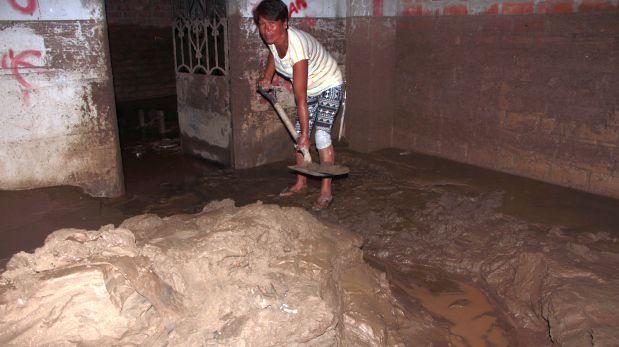 Es la séptima vez que la quebrada San Ildefonso se desborda y el barro vuelve a inundar el primer piso de su casa (Foto: Johnny Aurazo)