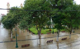 A las 7 a.m., el agua llegó hasta el centro de Piura. (Foto: Ralph Zapata / El Comercio)