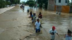 Cientos de vecinos de Catacaos dejan la ciudad tras inundación