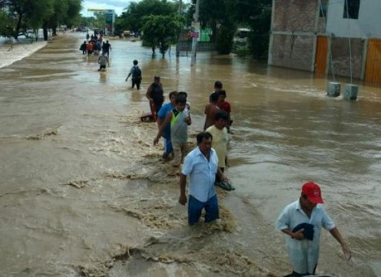 Cientos de vecinos de Catacaos dejan la ciudad por inundación