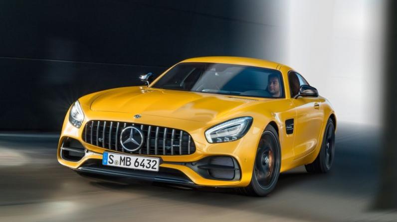 """MERCEDES-BENZ: En un principio los autos de esta marca fabricados por Daimler fueron distribuidos por el vendedor austriaco Emil Jellinek que llamaba a los autos """"Mercedes"""", el nombre de su hija. Luego se le añadió Benz en honor a su creador, Karl Benz."""