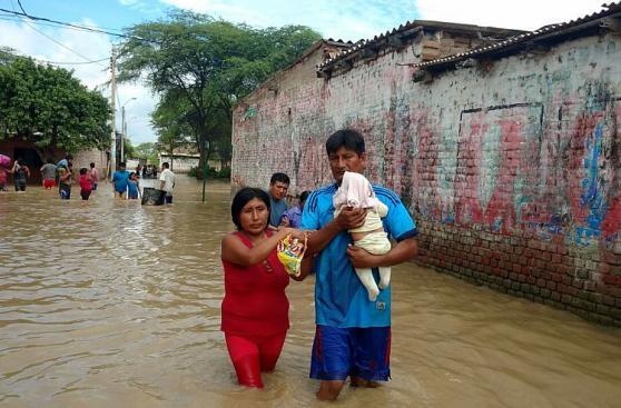 Las dramáticas imágenes del éxodo de piuranos tras inundaciones