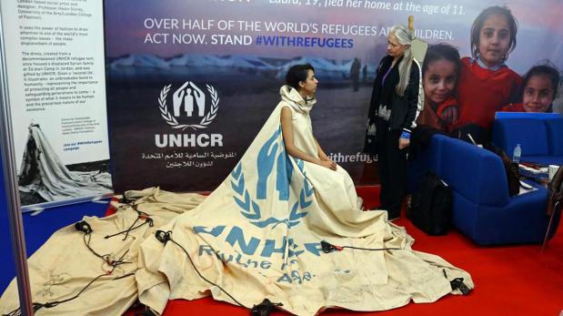 Tienda de campaña para refugiados se transforma en un vestido