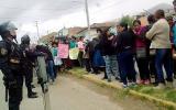Niña en la maleta: vecinos apedrean casa de presunto asesino