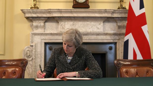 La primera ministra británica, Theresa May, realiza la rubrica para la foto oficial.  (Foto: Reuters)